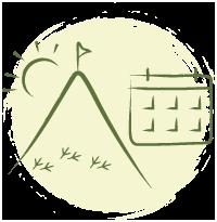 Ilustração gráfica na cor verde de uma montanha com uma bandeira no topo, sol raiando ao fundo e patinhas de galinha d'angola na sua base. Ao lado está a representação de um calendário. Ao fundo um círculo areia com traço rústico nas bordas.